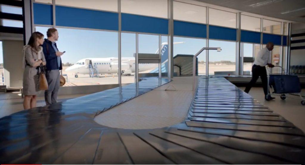 Dirk Jonker in 'n advertensie vir Standard Bank - 'n man en vrou se bagasie bly op die vliegtuig na hulle afklim in 'n stil, verafgeleë lughawe